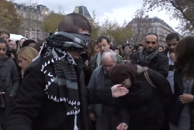 """Blindfolded Muslim Man With Sign """"Do you trust me?"""" Hugs Hundreds In Paris"""