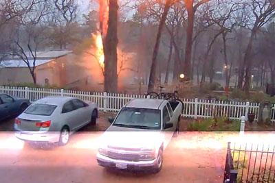 Tree In Tyler, Texas Learns The Hard Way That Lightning Is No Joke