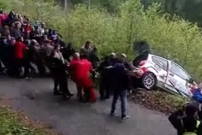 Hungarian Spectators Join Forces To Help Rally Driver