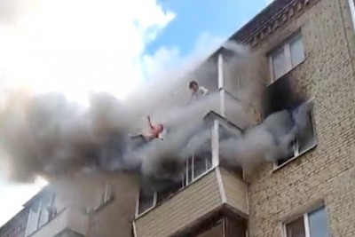 Russian Family Members Save Themselfs From A Burning Appartment By Jumping Out Of It