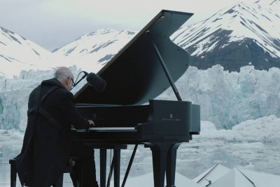 Watch This Man Play The Piano On An Iceberg As Glaciers Crumble Around Him