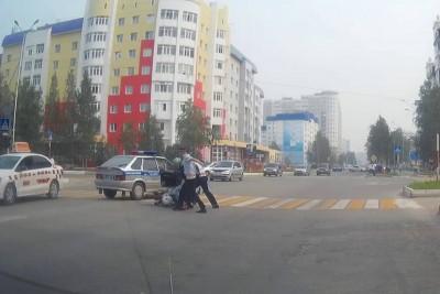 Two Russian Cops Struggle To Arrest Biker