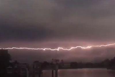 Spectatular Horizontal Lightning Strike Captured In Florida
