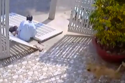 Unlucky Thief Breaks His Leg With Heavy Metal Gates