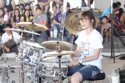 This Girl Entertains And Plays 'Moves Like Jagger' On Drums Like A Pro