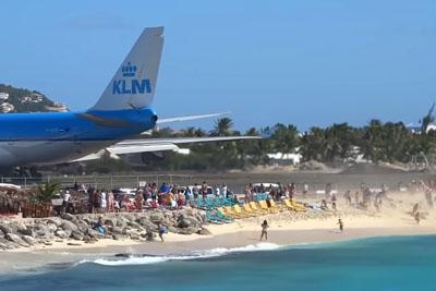 Jumbo Jet Boeing 747 Blast Throws People Around The Beach