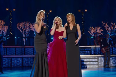 "The Crowd Was Covered In Goosebumps When Kelly, Trisha, And Reba Sang ""Silent Night"""