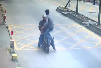 Trucker Kicks Thief Off Speeding Motorbike To Retrieve Stolen Phone