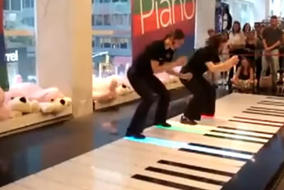 That's How You Play A Floor Piano Like A Boss