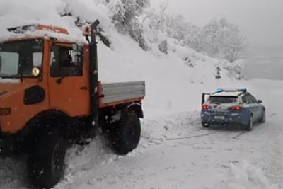 Italian Police Use Their Car To Tow Stucked Plow Truck Out Of Snow