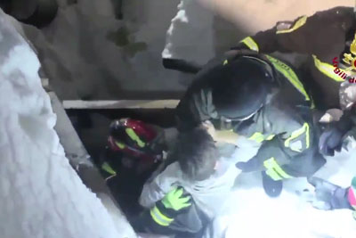 Italian Firefighters Saving 3 Kids Buried Under The Snow 2 Days After An Avalance