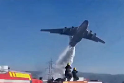 IL-76 Dropping The Water During Bushfires In Chile Right Next To People