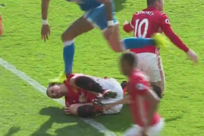 Zlatan Ibrahimovic Gets His Head Stomped And Serves Justice By Elbowing The Head Stomper