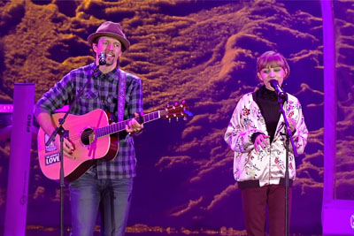"Grace VanderWaal Sings ""I'm Yours"" Together With Jason Mraz"