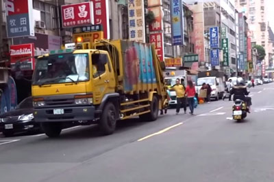 This Is How Garbage Truck Invites People In Taiwan To Bring The Garbage