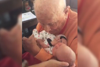 5 Days Old Baby Meets His 105 Year Old Great Grandfather And It's So Beautiful