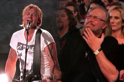 Keith Urban Covers Famous 70s Band Perfectly, Singer Is In The Audience And Weeps