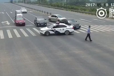 Chinese Policeman Stops All The Traffic, Then He Impresses Everyone With His Kind Act