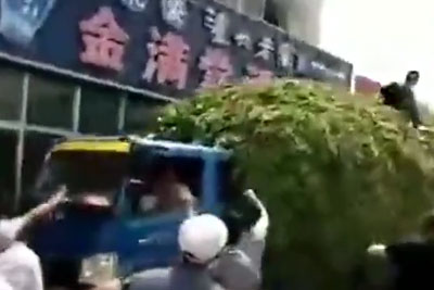 Truck Driver Saves The Day By Stopping Next To A Burning Building To Save Lifes
