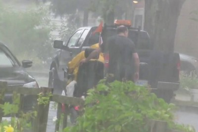 Good Samaritan Caught During The Act Of Kindness In Thunderstorm, His Action Is Going Viral