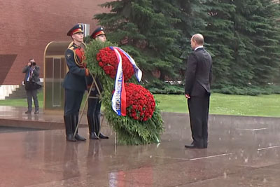 Putin Braves Rain To Honour WWII Victims At Tomb Of The Unknown Soldier