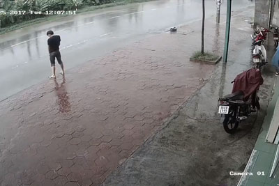 Guy Urinating In The Street Gets A Dose Of Karma Justice