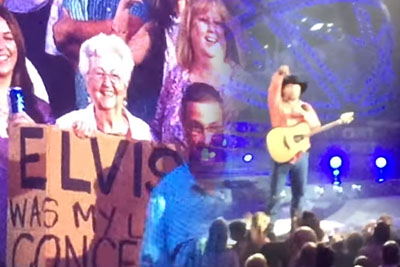 Garth Brooks Distracted By Woman Waving Sign, He Reads It And Immediately Walks Off Stage