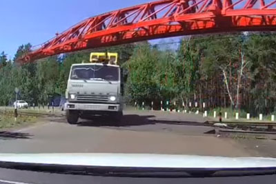 Impatient Truck Driver Tries To Save Few Minutes, Proves He Is Truly An Idiot