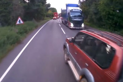 Dangerous Driver Overtakes Right Infront A Truck, Another Driver Delivers Instant Justice