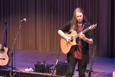 """Guitarist Performs """"Somebody That I Used To Know"""" In His Outstanding Style"""