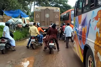 This Is How Ambulance Drives In Full Traffic In India