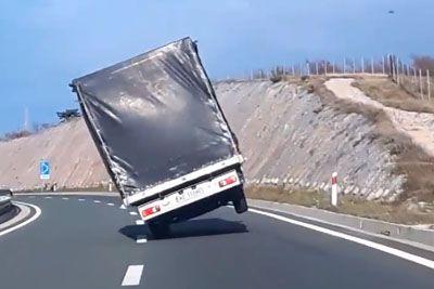 VIDEO: Močna burja šokirala tovornjakarja iz Poljske, ki se za pravila ni zmenil