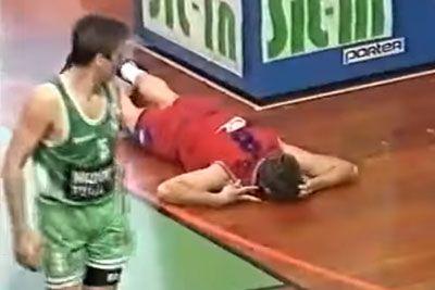 Srbski košarkar ob nestrinjanju s sodnikom z glavo udaril ob koš in si zlomil vrat
