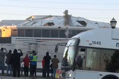 Snemal je rušenje stavbe, nato je mimo pripeljal avtobus in razjezil snemalca