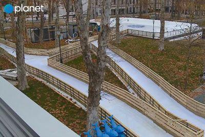 VIDEO: Oglejte si, kako izgleda drsališče sredi Kongresnega trga v Ljubljani