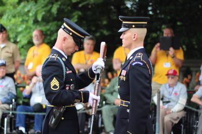 V roke je vzel puško vojaka. Tako izgleda natančen pregled orožja!