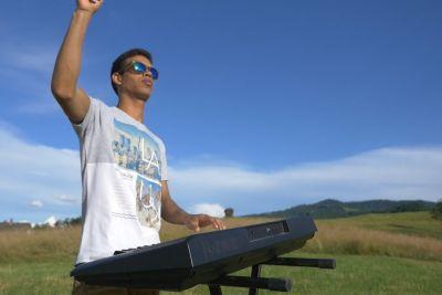 Slovenec kubanskih korenin z igranjem pesmi Severine obkroža Balkan