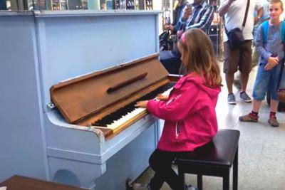 Deklica se je usedla za klavir, njeno igranje pesmi Celine Dion ti naježi kožo