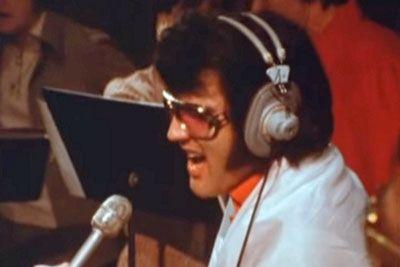To je posnetek Elvisa, ki ga še niste videli! Tako je zapel ljubezensko pesem...