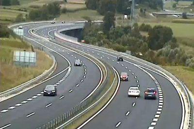 VIDEO: Kamere posnele 78-letno voznico, po avtocesti je vozila v nasprotno smer