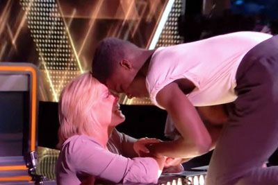Mlad plesalec je nastop poklonil krušni mami, s plesom jo je ganil do solz