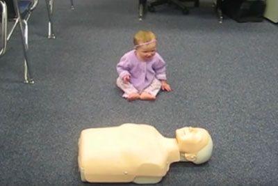 Dojenčica se je zagledala v lutko! Ko začne z oživljanjem, vam bo ukradla srce