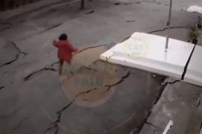 Kamera v Indoneziji posnela grozljivko, tla je stresel potres z magnitudo 7,5