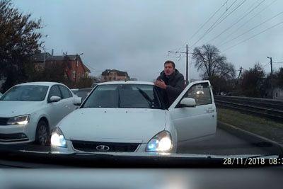 Rus je vozniku v križišču dal lekcijo, pregnal ga je na rep kolone
