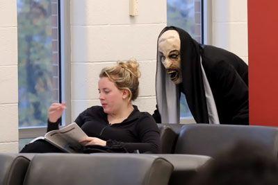 Oblekel se je v strašljivo nuno, nato pred šolo strašil študente