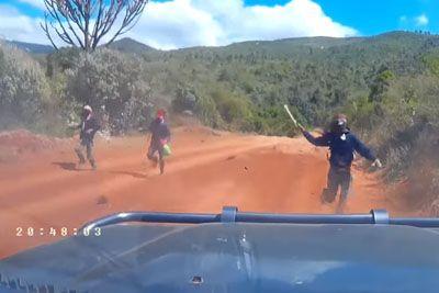 Med vožnjo po Keniji doživela šok, napadli so ju razbojniki z mačetami