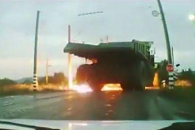 S tovornjakom zapeljal v električno napeljavo, nato je eksplodirala pnevmatika