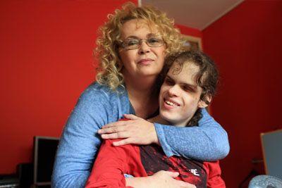 Mama slepega Filipa v šoku, državi mora plačati 3.810 evrov