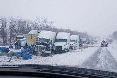 Šok za voznike na avtocesti, sneženje je povzročilo hudo verižno trčenje