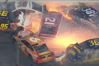 Huda nesreča ob koncu Daytona 500 dirke, trčilo je kar 21 dirkalnikov